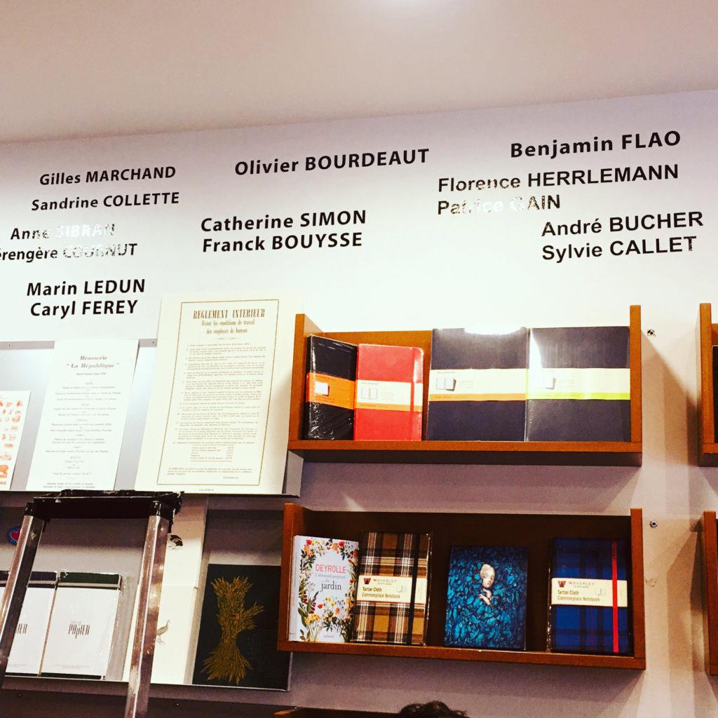 Librairie des Marais Villefranche panneau mural écrivains écrivaines lecture livres romans